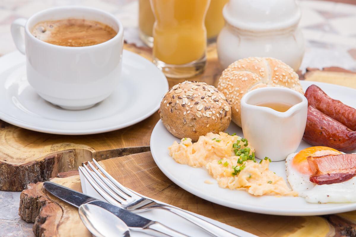 pożywne śniadanie w zielonej górze